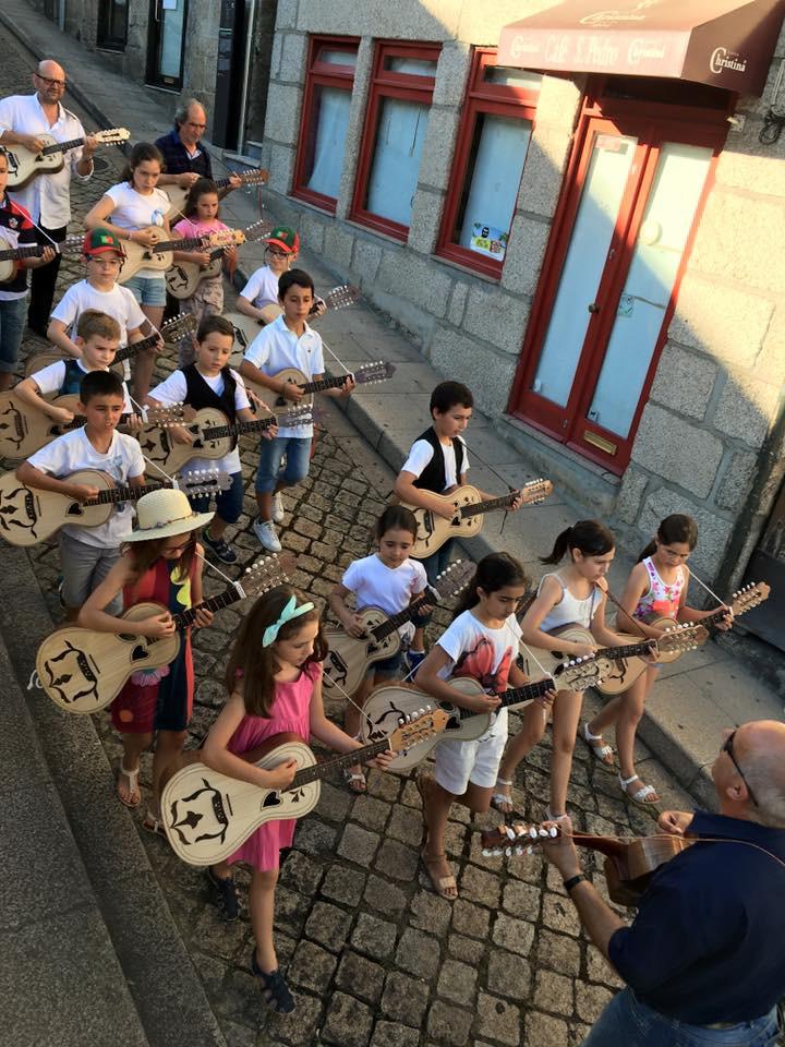 תהלוכת ילדים עם הויולה אמרנטיה בעיירה אמרנטה