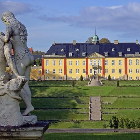 En bette gåtur fra Degnejorden og du er på Ledreborg Slot, her med udsigt fra Adam og Eva.