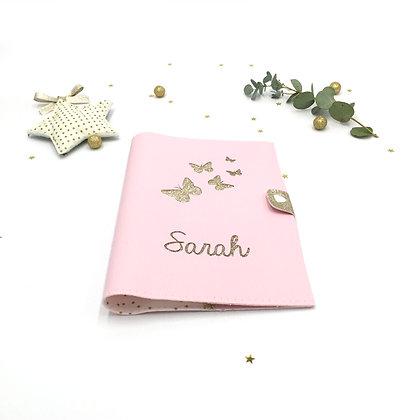 Protège carnet de santé envolée de papillons en simili cuir rose