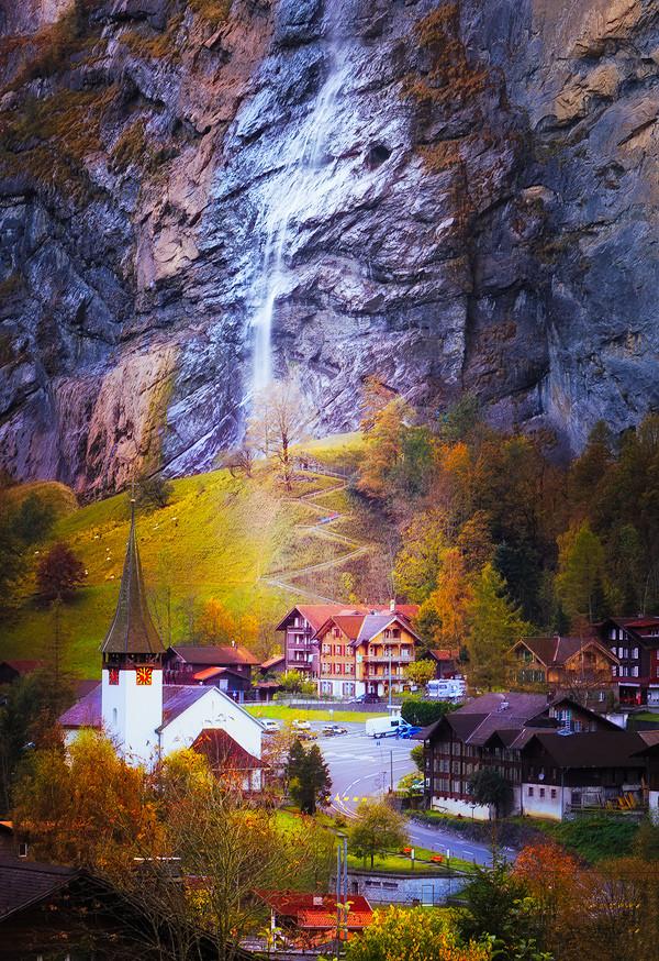几年前我从Interlaken到少女峰,途径Wengen远远的看着劳特布鲁嫩两山之间薄雾撩绕,山顶覆盖着很厚的白雪,刚刚升起的太阳,阳光透过薄薄的白纱洒下,分外妖娆。由于和其他人一起去少女峰,没有拍摄下这个瞬间,只有在脑海里发誓一定要找个机会,把这个美景拍回来!之后去过N次,美景却永远不见了[泪]