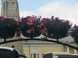 פרחים על שער כניסה