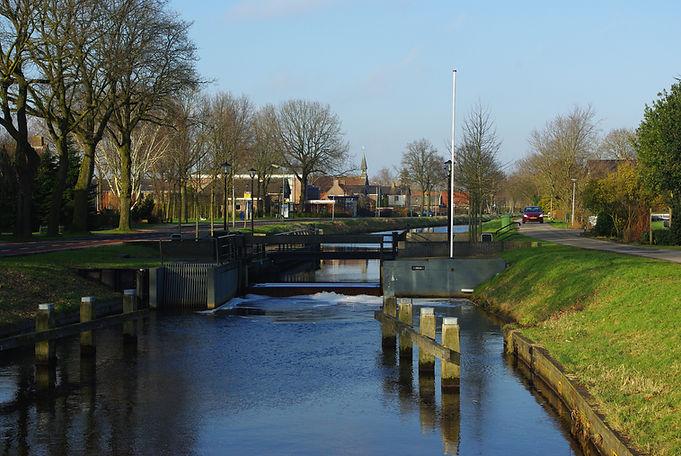 Rondom Hoogeveen zijn er sluizen en vaarten waarover mensen en vracht vervoerd werden.