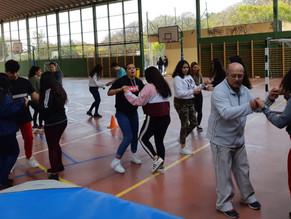 Continúan las clases de baile en el recreo