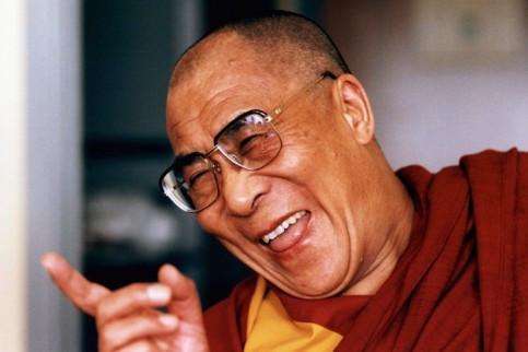 Il Dalai Lama che ride di gusto