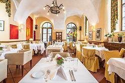 Das Martinelli ist eine typisch italienische Trattoria in der österreichischen Hauptstadt Wien. Das Lokal am Freyung / Palais Harrach im 1. Bezirk ist eine der Top-Adressen für gehobene italienische Küche in einem edlen Ambiente. Hier steht einzig und allein das Wohl des Gastes im Mittelpunkt, um den sich ein freundlicher Service, ein mit Leidenschaft kochender Küchenchef und ein Patissier kümmern. Wer Italien und seine landestypischen Speisen liebt, sollte hier im Martinelli unbedingt die hausgemachten Ravioli mit Ente und Steinpilzsauce oder das Risotto mit Martini und Lachstartar probieren.