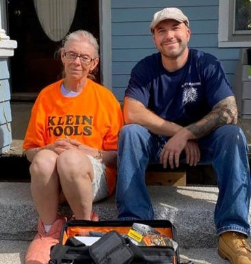 Electrician repairs old lady's home for free
