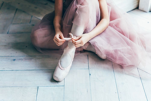 Hands of ballerina in pink tutu skirt pu