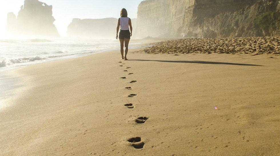 woman-walking-in-beach-509127-resize_edi