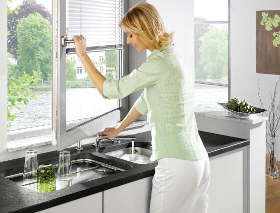 3 astuces gain de place pour installer un évier de cuisine devant une fenêtre