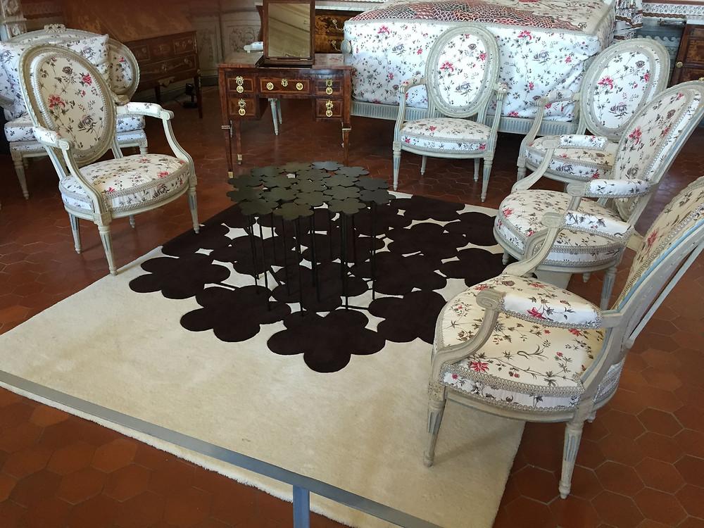 Table fleur et tapis ombre chiné