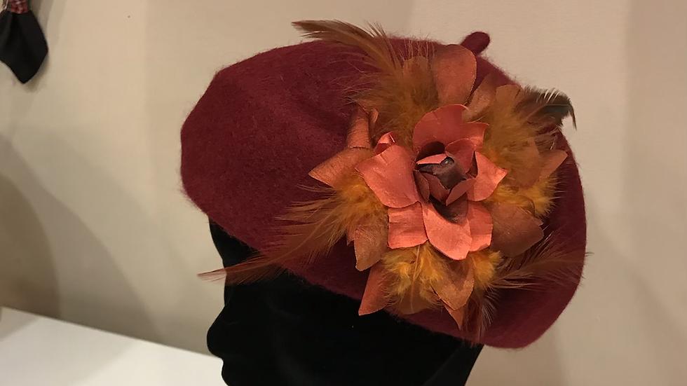 Boina con flor de seda salvaje y plumas.