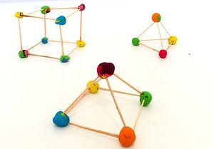 Διαθεματικό σχέδιο μαθήματος που υποστηρίζει τα παιδιά ώστε να προσεγγίσουν βιωματικά δύο θεμελιακές γεωμετρικές έννοιες: την πλευρά και την γωνία. Οι δραστηριότητες που ακολουθούν περιλαμβάνουν γεωμετρικές προκλήσεις, εμπνευσμένες από την Αρχιτεκτονική.