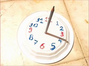 Η περιστροφή της Γης γύρω απ' τον άξονά της δημιουργεί ένα φυσικό ρολόι, το οποίο αποτυπώθηκε από την αρχαιότητα σε ένα ευφυές όργανο μέτρησης του χρόνου. Τα παιδιά κατασκευάζουν το δικό τους ηλιακό ρολόι με απλά υλικά, και επεξεργάζονται έννοιες όπως ο χρόνος, η φαινόμενη κίνηση του Ήλιου και ο σχηματισμός της σκιάς.