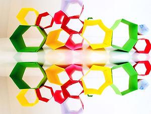 Ο τρόπος με τον οποίον οι μέλισσες σχηματίζουν εξάγωνες κερήθρες, έχει εμπνεύσει μηχανικούς, αρχιτέκτονες και άλλους επιστήμονες. Στο μάθημα αυτό τα παιδιά καλούνται να γνωρίσουν το εξάγωνο σχήμα και την εργονομία του τόσο στο περιβάλλον και στα ανθρώπινα τεχνουργήματα. Λειτουργώντας ομαδικά τα παιδιά δημιουργούν τα δικά τους εξάγωνα αρχιτεκτονικά έργα.