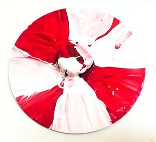 Τα παιδιά ξεκινούν δημιουργώντας τις δικές τους σβούρες με παλιά CD, βόλους και καπάκια. Παρατηρούν πως ισορροπεί καθώς περιστρέφεται και μαθαίνουν πως αυτό ήταν ένα παραδοσιακό παιχνίδι.