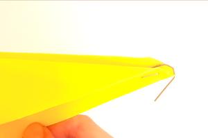Σε αυτή τη δραστηριότητα τα παιδιά γνωρίζουν τα αεροπλάνα και τη σημασία του αεροδυναμικού τους σχήματος. Δημιουργούν χάρτινα αεροπλάνα, τα οποία εκτοξεύουν πειραματιζόμενα με τη βοήθεια ενός πολύ απλού μηχανισμού.