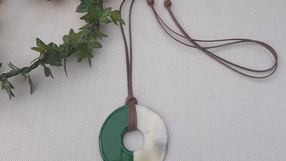 Collier corne et laque vert