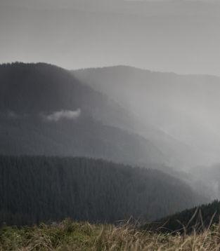 reisende-auf-trekkingausflug-in-die-berg