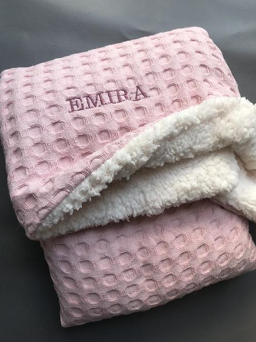 Kuschelige Waffelpique Decke mit Bestickung Rosa