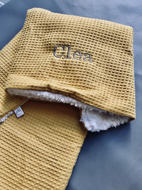 Kuschelige Waffelpique Decke mit Bestickung Senf