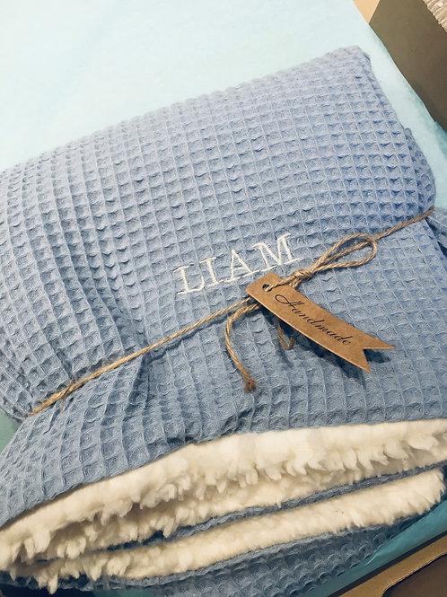 Kuschelige Waffelpique Decke mit Bestickung Blau