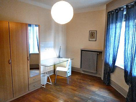 Cette chambre individuelle 1 personne est équipée d'un vrai lit de 90, d'une table de chevet avec sa lampe, d'un bureau avec lampe articulée + une chaise et un pêle-mêle magnétique, d'une armoire penderie 3 portes. Une grande fenêtre PVC double vitrage phonique, parquet chêne et déco contemporaine.  La porte possède un système de fermeture à clés indépendante pour plus de tranquillité.  Le loyer est TOUT COMPRIS Bail individuel pour ne pas être solidaire financièrement des autres colocataires. Les Services compris dans le prix de la location : L'accès à internet haut débit par Wifi + l'accès aux chaines gratuites TNT ainsi que l'eau chaude et froide + l'électricité + le chauffage et l'ascenseur avec les charges de copropriété. (les consommations ont été estimées pour une personne seule en utilisation normale journalière) La taxe d'habitation sera collectée directement par le Trésor Public par vos soins. La taxe des ordures ménagères sera collectée par nos soins selon le barème imposé par le Grand Lyon.