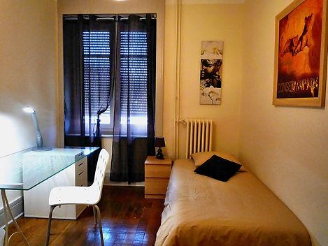 Cette chambre individuelle 1 personne est équipée d'un vrai lit de 90, d'une table de chevet avec sa lampe, d'un bureau avec lampe articulée + une chaise et un pêle-mêle magnétique, d'une armoire penderie 2 portes. Une grande fenêtre PVC double vitrage phonique, parquet chêne et déco contemporaine.  La porte possède un système de fermeture à clés indépendante pour plus de tranquillité.  Le loyer est TOUT COMPRIS Bail individuel pour ne pas être solidaire financièrement des autres colocataires. Les Services compris dans le prix de la location : L'accès à internet haut débit par Wifi + l'accès aux chaines gratuites TNT ainsi que l'eau chaude et froide + l'électricité + le chauffage et l'ascenseur avec les charges de copropriété. (les consommations ont été estimées pour une personne seule en utilisation normale journalière) La taxe d'habitation sera collectée directement par le Trésor Public par vos soins. La taxe des ordures ménagères sera collectée par nos soins selon le barème imposé par le Grand Lyon.
