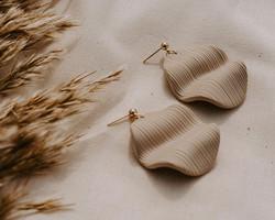 waved-earrings-beige-2-web