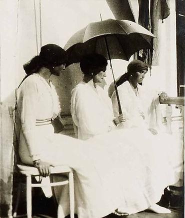 Empress_Alexandra_with_Olga_and_Tatiana,