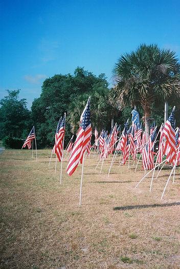 Amerikanische Flaggen in Florida in einem Garten