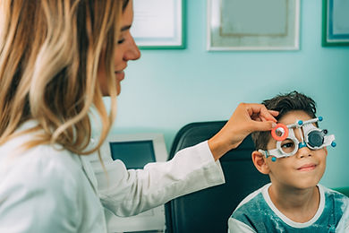 ophthalmologist-visual-acuity-testing-ZH