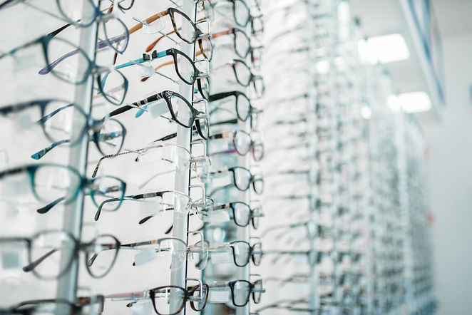 eyeglasses-and-sunglasses-showcase-in-op