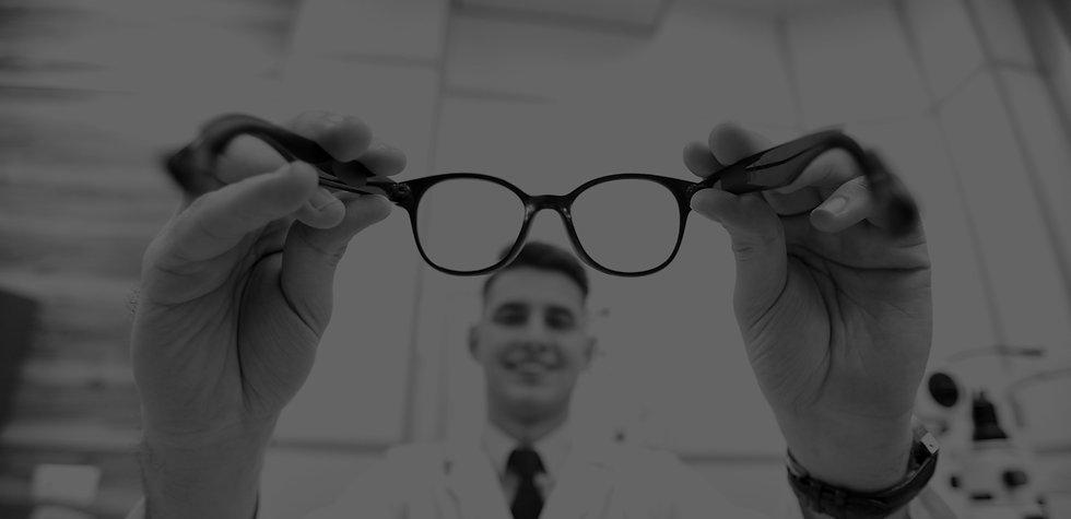 young-optician-holding-glasses-XSXMEWN_e