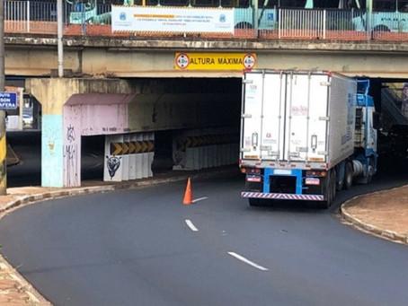 Caminhões presos sob viaduto aumentam alerta sobre alarmes sonoros na Via Expressa