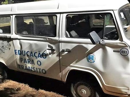 Prefeitura utiliza Kombi danificada para transporte de passageiros ao Assentamento Monte Alegre