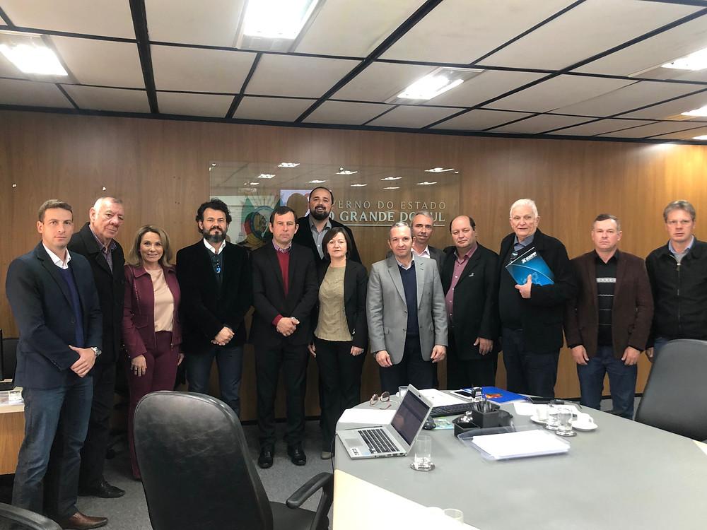Prefeitos do Vale do Rio Pardo posam para foto com delegados após reunião no gabinete do vice-governador