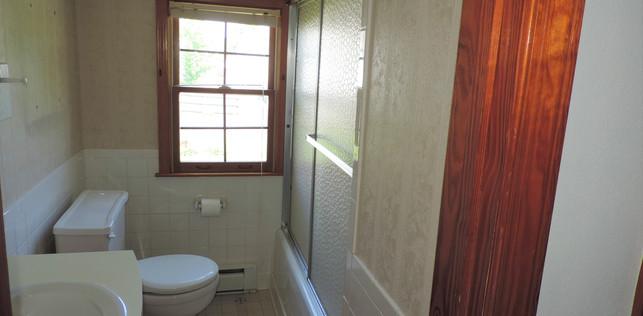 15 Upstairs Bath.jpg