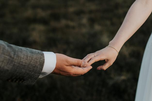 Detailaufnahme Eheringe und Hände Brautpaar