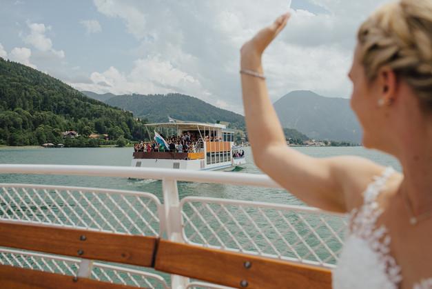 Winkende Braut auf Bootstour am Tegernsee