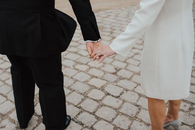 Detailfoto Hochzeitsringe und Hochzeitskleid
