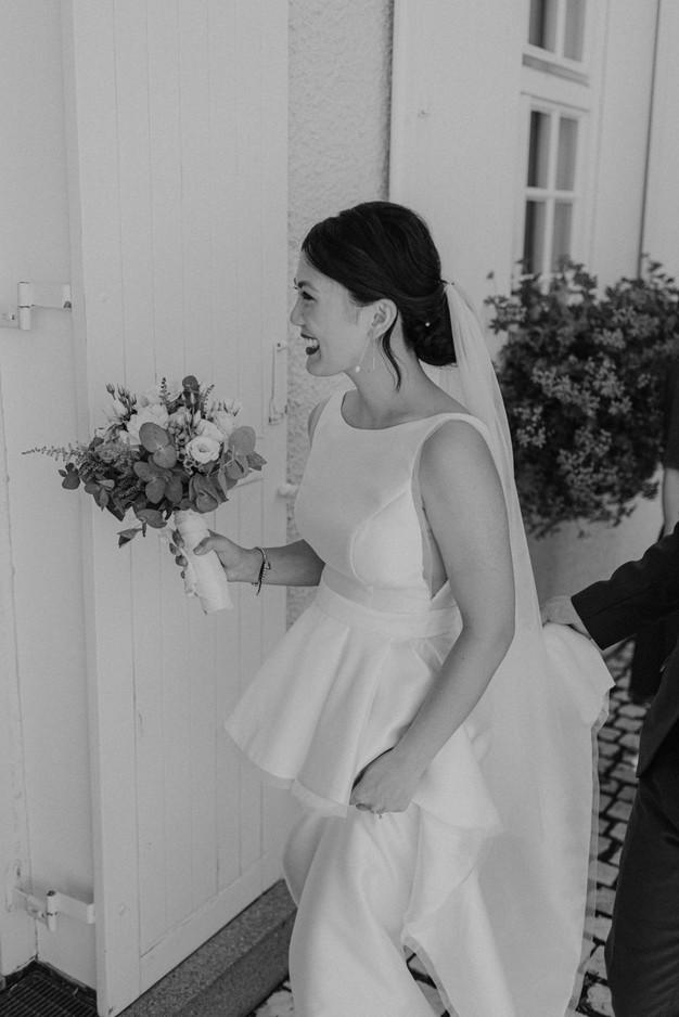 Braut auf dem Weg zum Standesamt
