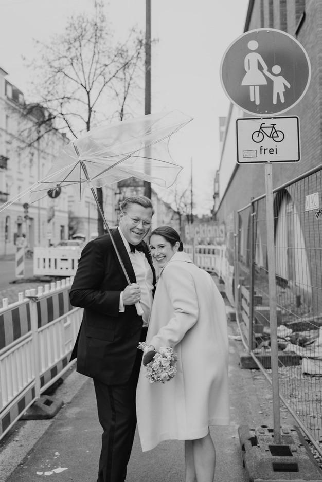 Brautpaar Spaziergang durch München