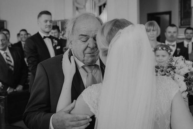 Umarmung Braut und Brautvater Hochzeitsfotograf München