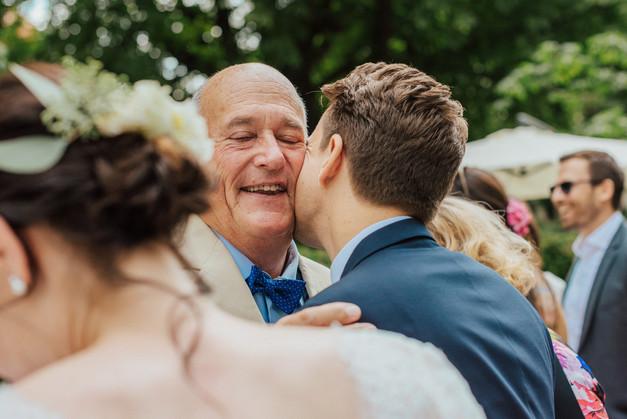 Umarmung Bräutigam und Vater am Hochzeitstag