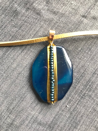 Agathe bleu sur cordon doré