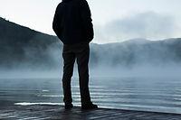Uomo che guarda Nebbia