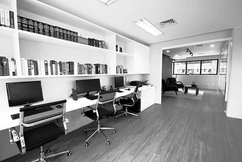 foto do nosso escritório, um amplo salão, três cadeiras, três computadores, uma grande bancada