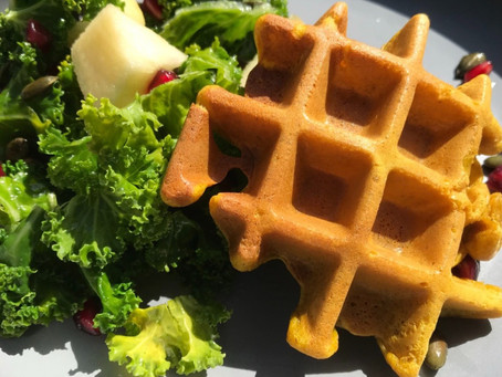 Golden waffle with its kale salad