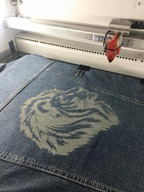 Gravure sur jeans