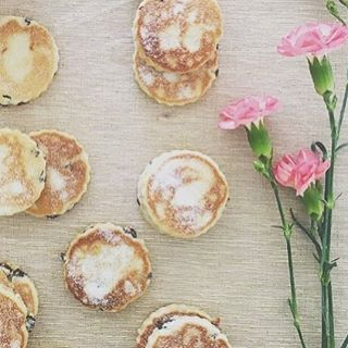 Welshcakes and flowers make any day that little bit better 🌸 ------------------------- #welshcakes